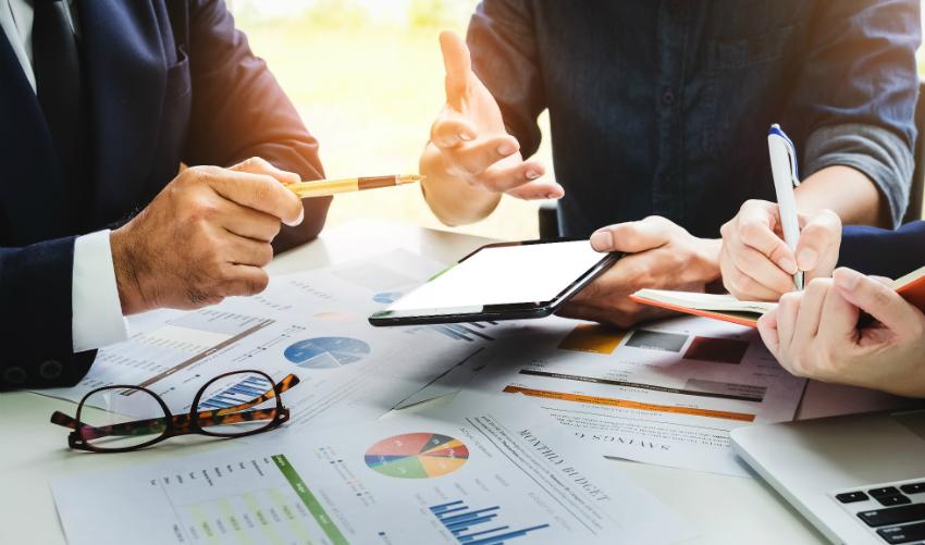 Besprechung des Businessplans durch verschiedene Akteure