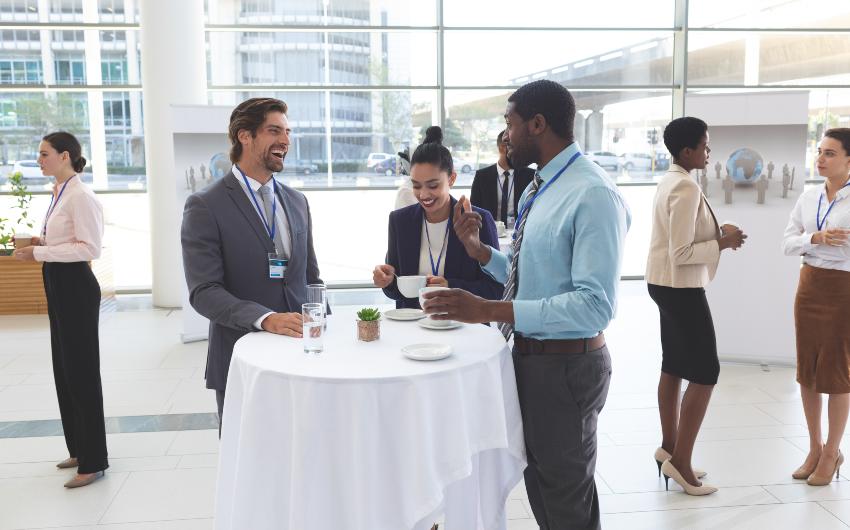 Junge Leute beim Business Meeting - eigene Agentur gründen mit Partnern