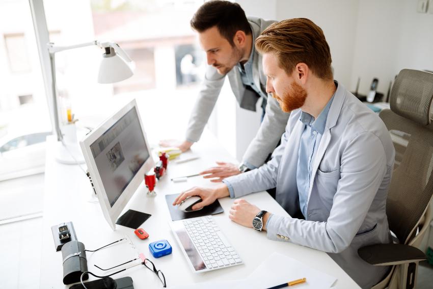 2 Junge Leute im Büro - eine eigene Agentur gründen muss geplant sein