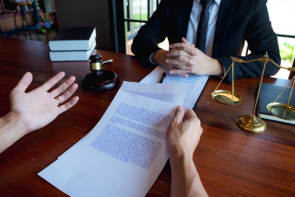 Mandant beim Anwalt - Arbeitszeugnis: Formulierungen richtig deuten