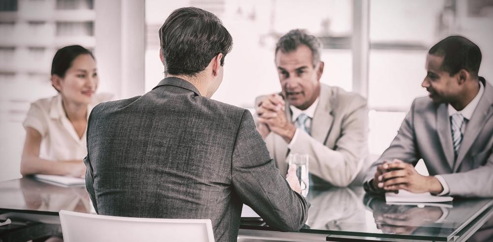 Bewerber im Vorstellungsgespräch - Arbeitszeugnis: Formulierungen richtig deuten