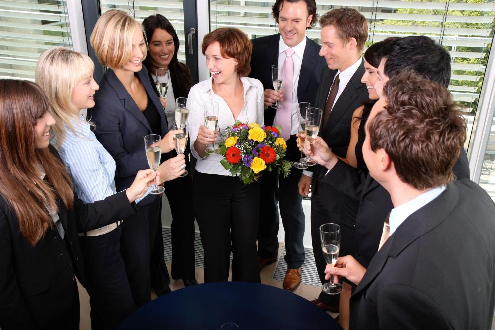 Gruppe von Business Leuten feiert mit Sekt