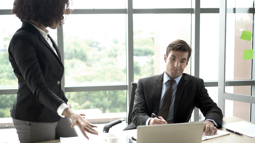2 Business Leute im Disput