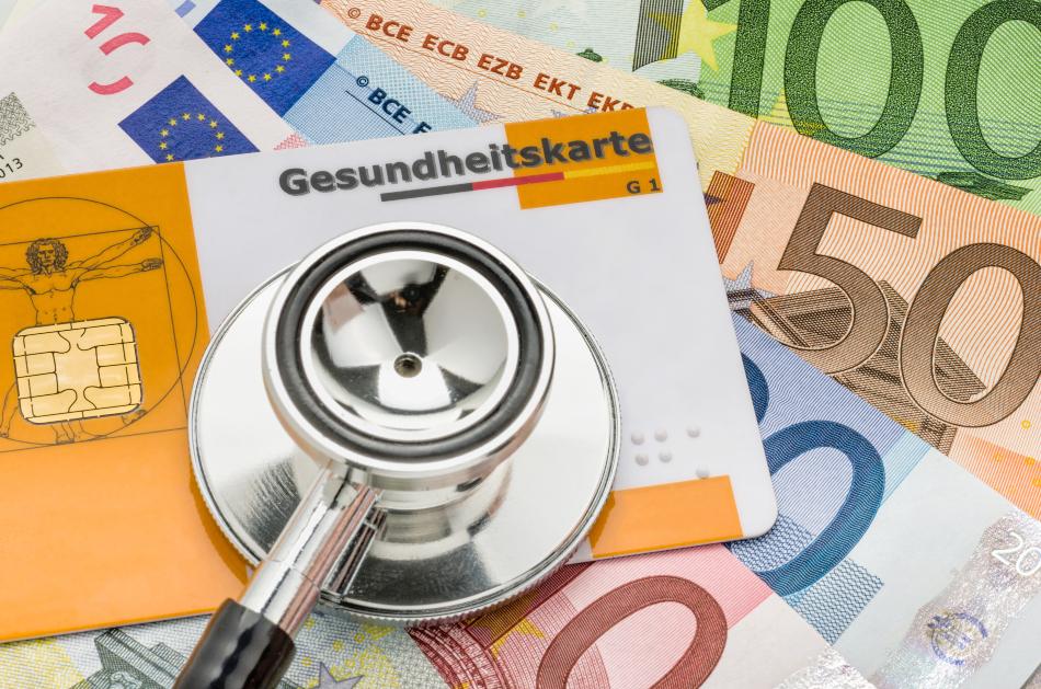 Stethoskop auf Gesundheitskarte und Geldscheine - Krankenversicherung für Selbstständige