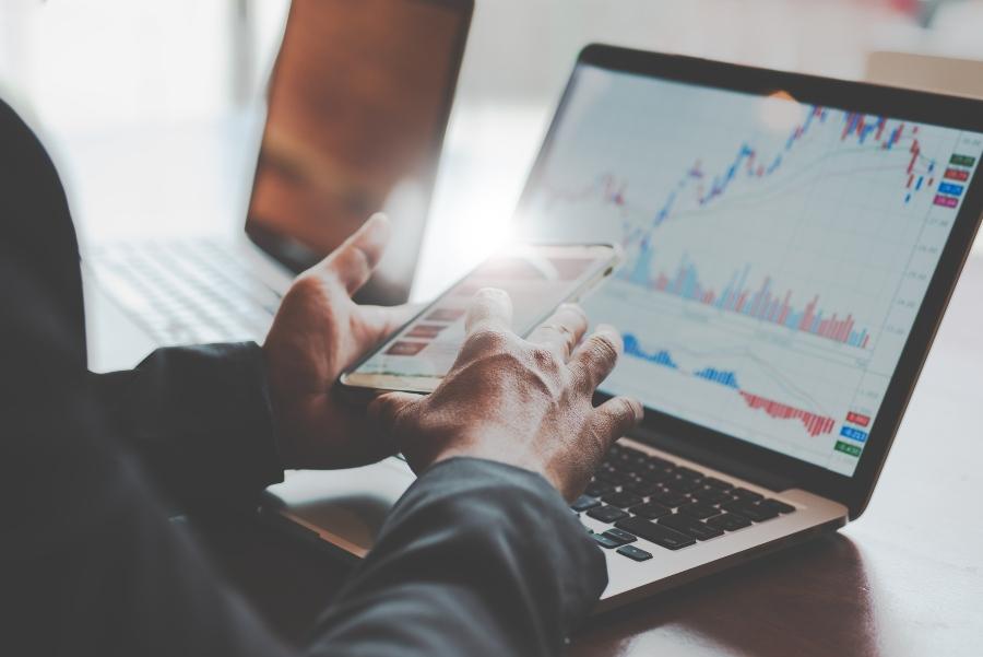 Investor sitzt am Laptop und betrachtet Statistiken
