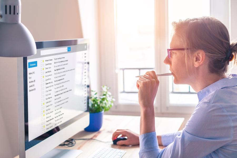 Personalerin liest Emails