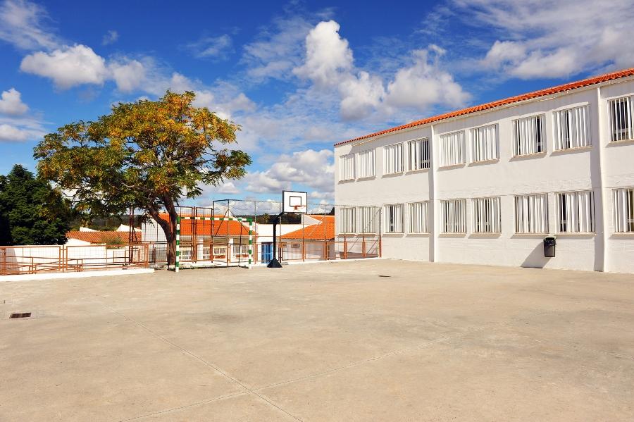Schulgebäude mit Pausenhof - Privatschule gründen muss wohlüberlegt sein