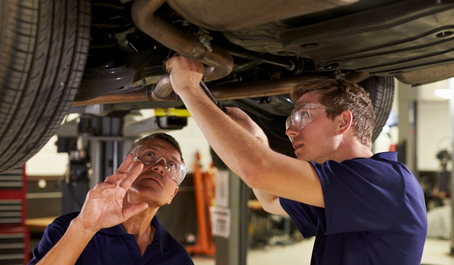 Auzubildender Mechaniker in einem Ausbildungsbetrieb