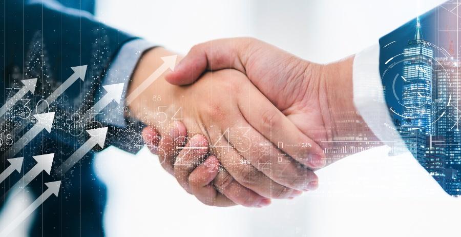 Zwei Männer geben sich die Hand, symbolisch durch Pfeile geht es aufwärts - Business Development