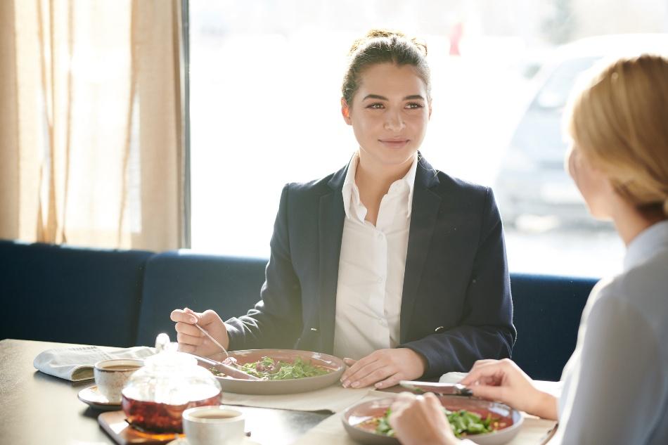 Zwei junge Frauen bei einem Business-Dinner
