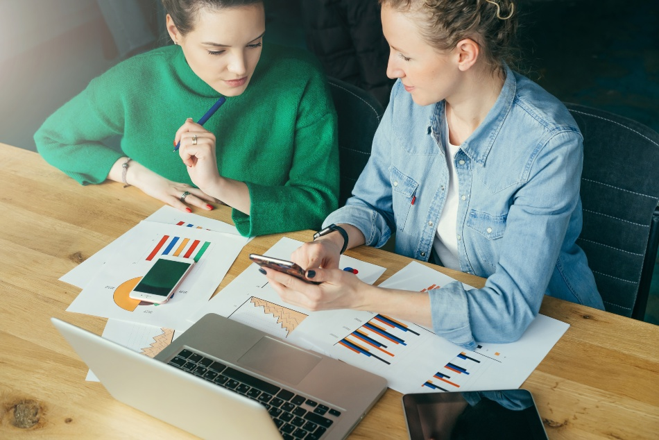 Zwei junge Frauen im Meeting - Business Development