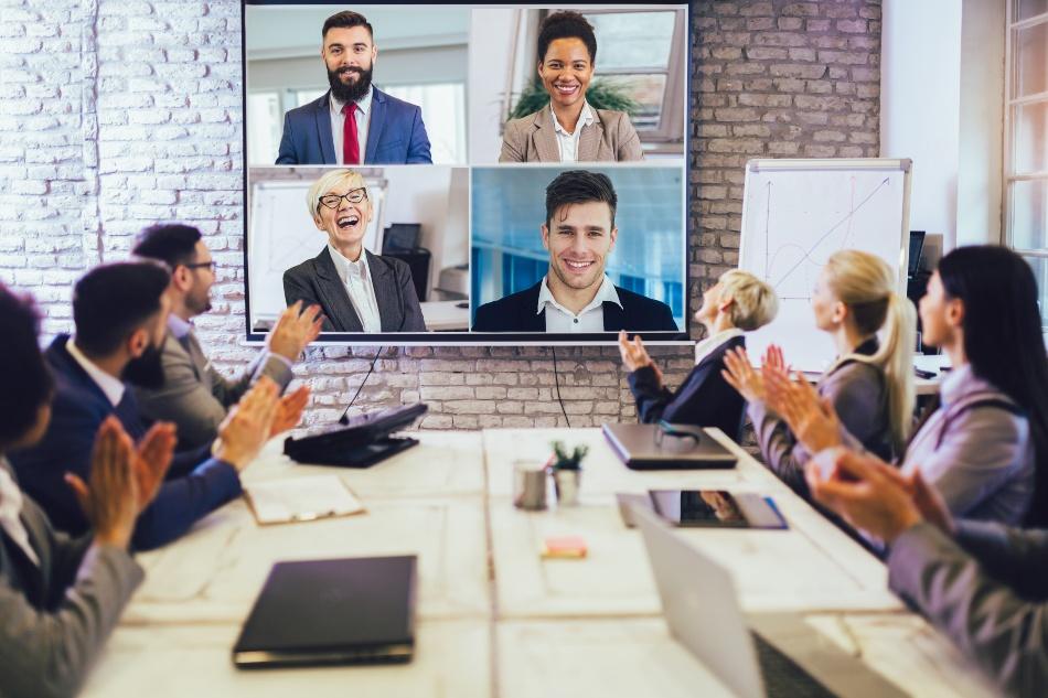 Business Konferenz mit online zugeschalteten Personen