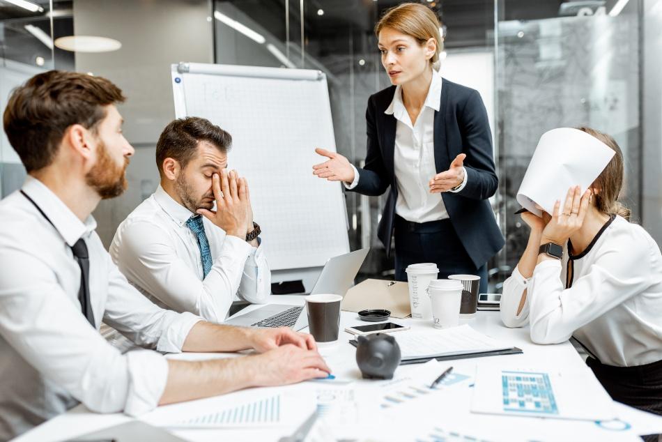 Business Meeting - alle sind unzufrieden - Notwendigkeit einer guten Unternehmensorganisation
