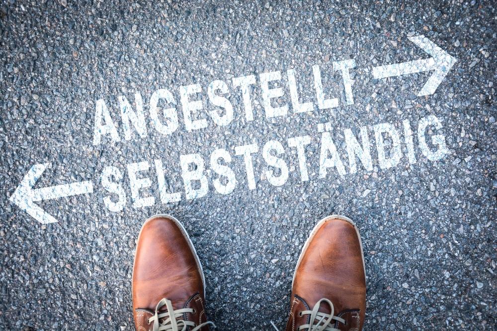 """Symbolbild: Jemand muss sich zwischen """"angestellt"""" und """"selbstständig"""" entscheiden"""