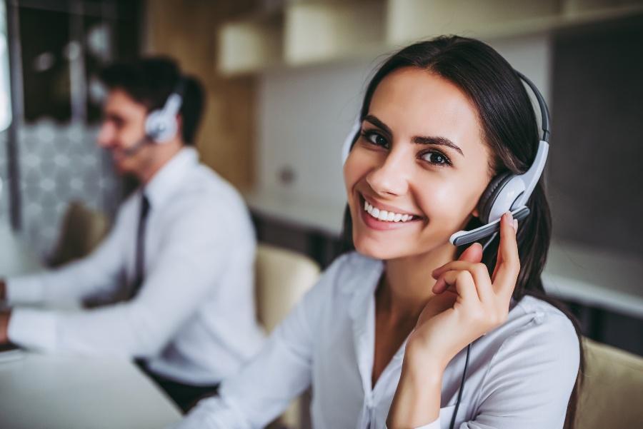 Junge Dame im Call-Center - eine Möglichkeit für den Vertrieb im Start-up