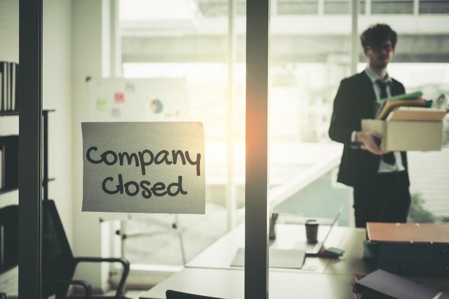 """Schild """"Company closed"""" hängt an der Tür - ohne Vertrieb findet ei Produkt nicht den Weg zum Kunden"""