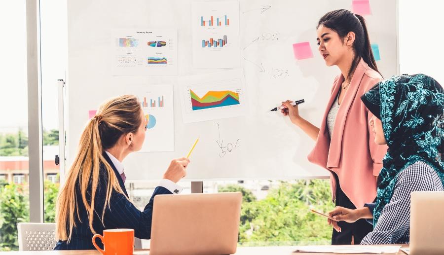 Gruppe junger, divers Leute - Start-up: Expansion ins Ausland