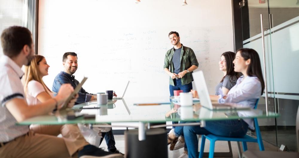 Jemand hält eine Präsentation -Kundentermin als Chance für Vertrieb im Start-up