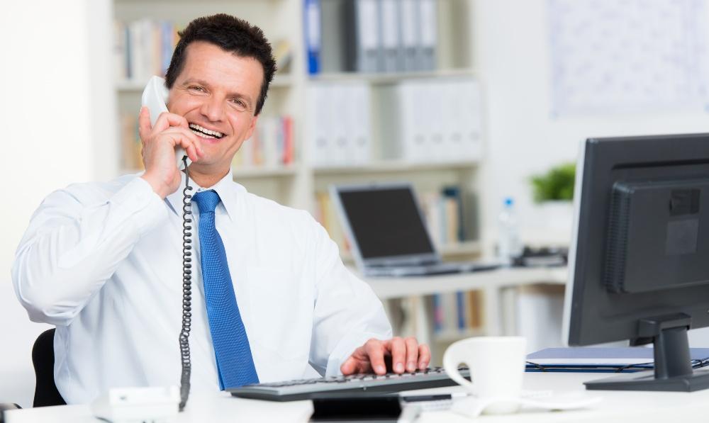 Mann telefoniert - Kundenakquise per Telefon - Vertrieb im Start-up